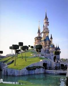 Het kasteel van Doornroosje in Disneyland bij Parijs