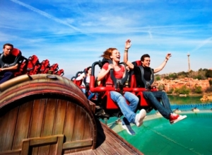 Je zit naast de baan in de spannende roller coaster Furius Baco in Port Aventura