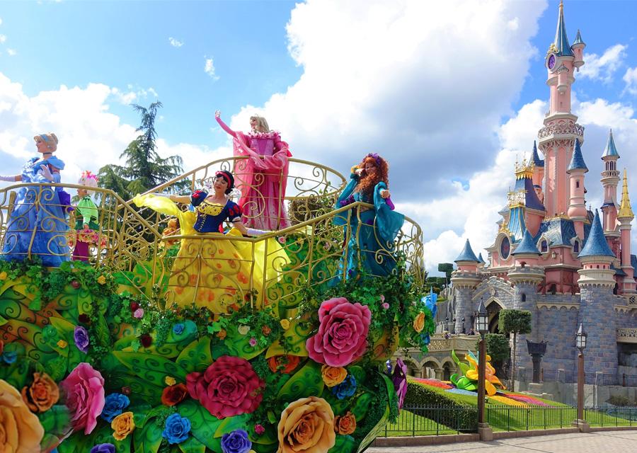 De parade met alle Disney-prinsessen in Disneyland Paris