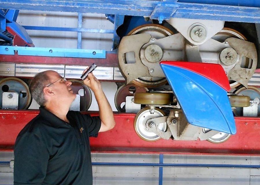 Een medewerker van Dynamic Attractions controleert een achtbaan