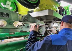 Een monteur van Vekoma voert onderhoud en controles uit aan achtbaan Booster Bike in Toverland